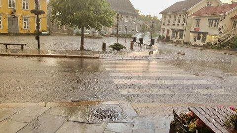 Det er varslet regn og sur nordavind på lørdag.