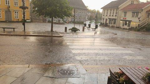 Nedbør: Det ble vått i Drøbak sentrum onsdag kveld. Foto: Morten Sickel