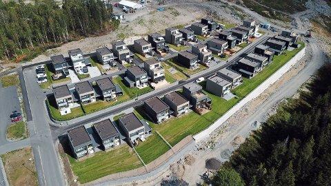 En rekke av boligene i første rekke er i løpet av juli solgt på Sørhellinga. Prislappen er fra overkant av fem millioner for (to etasjer) og overkant av seks millioner (tre etasjer):