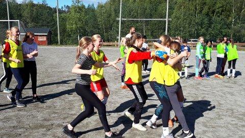 Her feirer Sogsti-jentene at de har vunnet årets cup på Dalbanen.