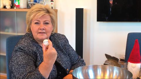 Statsminister Erna Solberg har trukket opp ballen med Akershus på trekningen av årets julekortfylke. Foto: Roger Holmsen/Statsministerens kontor