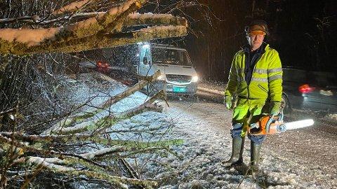 RYDDER OPP: Tore Galby var en av de som var ute for å fjerne trær i distriktet.