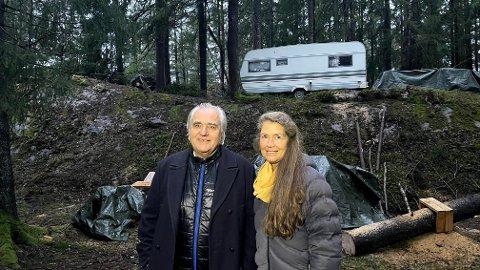 Rune Borknes og kona Eldrid Lorentzen Forsland sikret seg en ny tomt på Fjellstrand med plass til mulige nybygg i fremtiden, samtidig sikret de et sted til Salim og campingvogna han bor i.