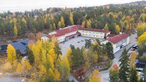 Mandag åpnet skolene opp etter en lengre periode der barna har hatt hjemmeskole som i følge av Covid-19. Her ser du Nesoddtangen skole.