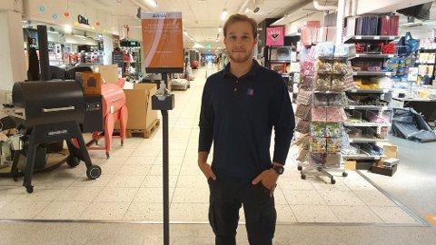 Meningen blant de butikkansatte på kjøpesentrene er delt, men Filip fra Jernia er klar på at han er missfornøyd med at folk ikke er flinke til å holde avstand.