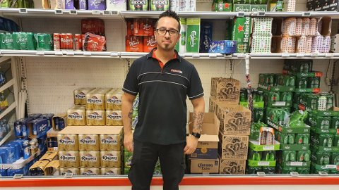 Roberto fra Spar Fagerstrand merker at det er enkelte produkter det selges mer av som følge av at grensen til nabolandet har vært strengt over lang tid.