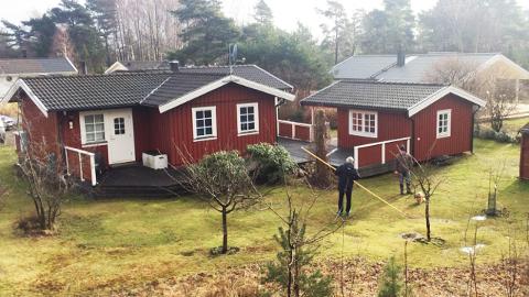 Denne hyggeige hytteeiendommen med gangavstand inn til Strömstad sentrum kjøpte Eskil (48) og Ingvild (49 Andersen) fra Blylaget for fire år siden. I år har det ikke blitt noen overnattinger på landstedet.