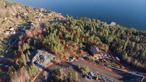 De markerte feltene på bildet viser de to tomtene som til sammen selges for 48 millioner.