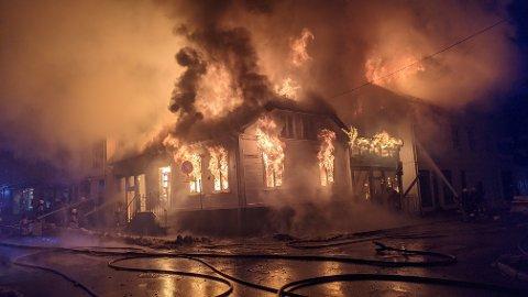 Flere bygninger i Storgata i Risør stod i brann.  Brannen skal ha spredd seg til flere bygninger, og de tilstøtende bygningene ble evakuert.