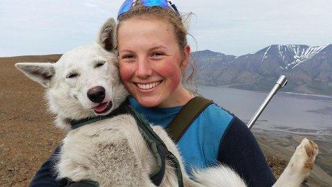 HENTET PÅ SVALBARD: Hunden Wilma (6) ble hentet av Oda Ingstad (24) hos en turistkennel på Svalbard i 2016. Her fra da de to ble kjent for første gang.