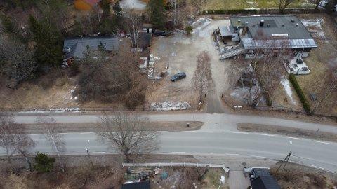 Etablerer Extra: Det er her i Drøbakveien 14 og 18 på Fagerstrand at Coop trolig starter bygging av en Extrabutikk i 2023, som vil gi arbeid til om lag 20 ansatte. Alle dronefoto: Ivar Ruud Eide