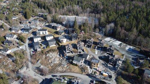 NYE BOLIGER: På denne ledige tomta i Vannverksveien starter i år byggingen av tre funkisboliger.