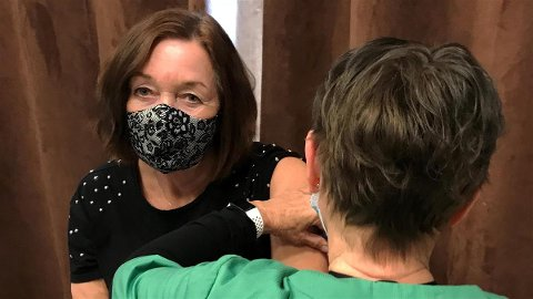 Bente Krogstad får vaksinedose nummer 5.000 på Nesodden. Eksekutøren er Kirsti. J. Loe.