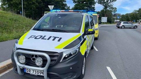 I forbindelse med trafikkulykke mellom motorsykkel og personbil er politi og ambulanse på stedet i krysset Belsjøveien. FOTO: Ivar Ruud Eide