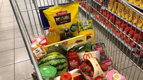 PRISHOPP: Flere av varene i handlekurven får et prishopp fra 25 til 50 prosent i et konkurrende supermarked. Foto: Lena-Christin Kalle.