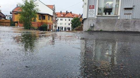 Regnvær i Drøbak tirsdag. Det er ventet at det skal regne i hele dag og gjennom natten.