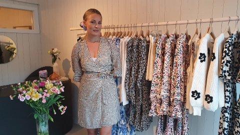 Siri Larsen fra Sima Masi her foran butikkens nye klesplagg.