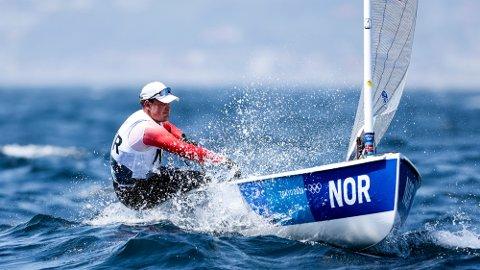 Det så lenge ut som om Anders Pedersen skulle gjøre det helt store i onsdagens første seilas for Finnjollene.
