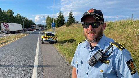 TRAFIKKULYKKE PÅ E6: Thomas West Johnsen fra politiet fikk en del ekstra å gjøre etter et trafikkuhell på E6 søndag kveld. Dette er bare en av flere hendelser det siste døgnet i Frogn og på Nesodden. Foto: Ivar Ruud Eide