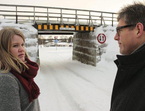 UTVIDER: Jernbaneundergangen ved Autokrysset er en flaskehals. - Et alternativ er å utvide i bredden til to kjørefelt og en gang- og sykkelvei, sier Anne Guri Ratvik og Petter Hermansen.