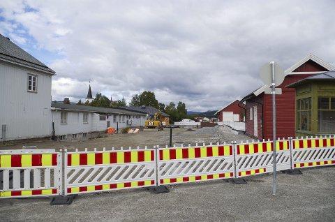 STEIA-STOPP: Slik så det ut i stasjonsområdet i august i fjor. Til våren blir prosjektet fullført, med asfaltering på skysstasjonsområdet og kirketorget siste uka i juni, ifølge framdriftsplanen. Foto: Tonje Hovensjø Løkken