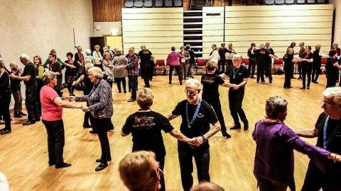FULL SAL: Deltakerne fikk prøve seg på både gamle og nye dansetrinn.  Foto: Ane Mestvedthagen