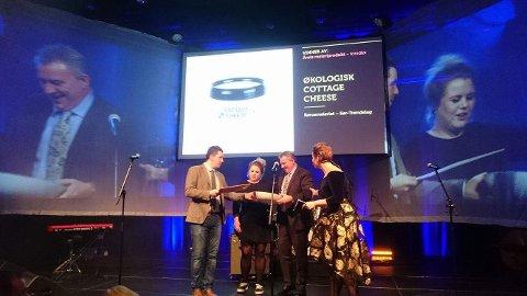 Dagfinn Pedersen, salgssjef ved Rørosmeieriet mottok prisen i Stavanger.