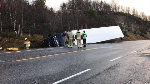 Føreren av traileren som onsdag morgen kjørte i grøfta i Lonåsen er kjørt til Tynset sjukehus for sjekk.