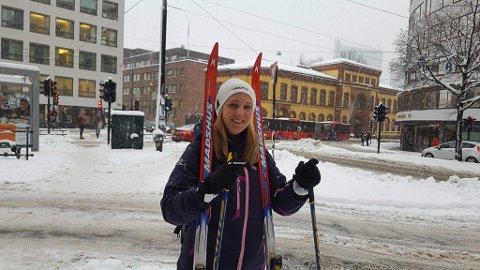 Tok skia fatt: Maja Røe Brøten, opprinnelig fra Os, valgte ski som transportmiddel da jobbveien fra Tøyen Hageby til Storgata var full av snø tirsdag.