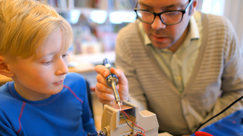 LODDING: Ørjan Lønningen viser Sondre Haga-Vang Bekken hvordan dioden skal loddes til kretskortet.
