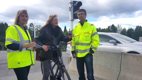 Bane Nor ved Lene Dahl og Stig Moen var torsdag ute og snakket med folk om trygg kryssing av planoverganger. Lærer Ingunn Tronsmed kom syklende, og lovte å minne elevene sine om å være ekstra påpasselige og ikke ta sjanser når de skal over jernbanesporet.