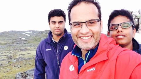 HYTTE I SOLLIA: Amjad Iqbal Hussain er styreleder og sønnen Omar Hussain ( til venstre) daglig leder i det nystartede selskapet Tynset Tannlegevakt og Tannhelseklinikk. Til høyre deres yngre sønn og bror.