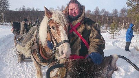 LASSKJØRER: To modne herrer, ifølge Frode Skanke, på vei mot Rørosmartnan i 2018. Kaldblodstraveren Tim trakk sleden på et meget stødig vis.