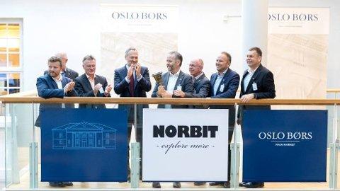 GRUNN TIL Å FEIRE: Norbit-direktør Per Jørgen Weisethaunet ringte i bjella for å markere børsnoteringen av Norbit i fjor sommer. Mandag fikk han og de andre ansatte i det trønderske teknologiselskapet en ny grunn til å feire.