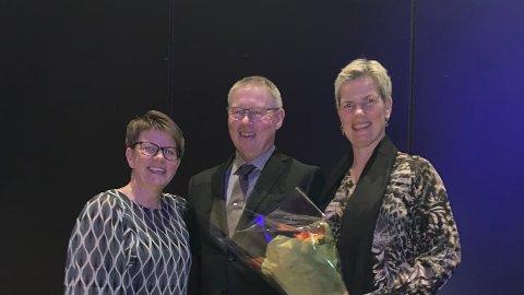 HEDRET FOR GOD DYREVELFERD: Styreleder i Tine, Marit Haugen, (t.v.) sto for utdelingen av dyrevelferdsprisen til Vidar Nybu og Marianne Rønning.