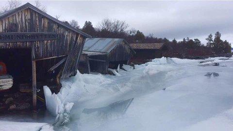 VOLDSOMME KREFTER: Tre båthus er berørte av isgangen, som har pågått noen dager. Flere stolper har brukket i de to eldste husene.