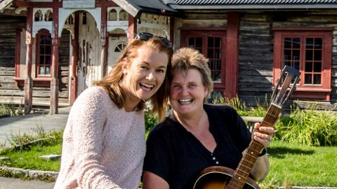 Harriet Müller-Tyl og Hanne Støkken spiller på alle strenger de har når det inviteres til dugnadskonsert med bespisning på Brønnerud skole.