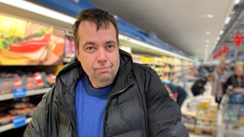 TJENER PENGER: - Ribbe og sånt kjøper jeg ikke her, sier Thomas Rakkestad som er svært bevisst på hva han plukker med seg på Sverige-turen.