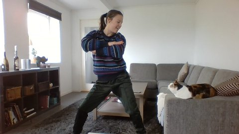 UNDERVISER I DANS HJEMME I STUA: Bare katten Porcha er til stede fysisk når kulturskolelærer i Ås Rebecca Holm underviser i dans til elevene sine. – Katten er ikke min, men er bare på besøk, sier hun.