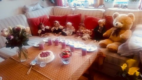 KREATIVT INNSLAG: I disse koronatider er det best å ikke invitere noen hjem til seg, selv ikke til bursdagsfeiring. Da Kirsten Rønning fylte 87 år, pakket hun opp de gamle dukkene sine og plasserte dem rundt bordet. Det var bløtkake til alle.