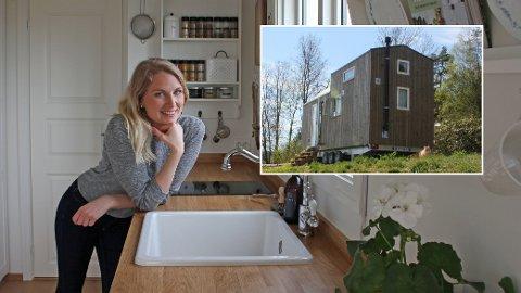 STORTRIVES: Ida Johansson er en av dem som har kjøpt mikrohus. Hun stortrives i den lille boligen på hjul i Tønsberg.