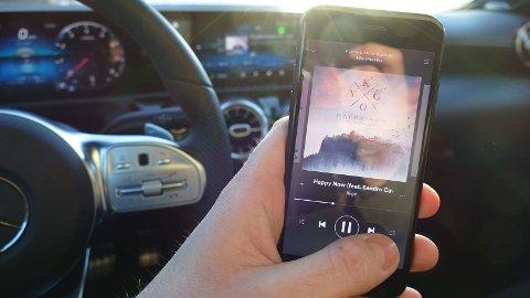 LOV I KØ: For første gang har lagmannsretten konkludert at det er lov å bruke mobilen – når bilen står stille i kø.
