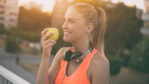 LYKKELIG: Er et eple mest fristende når du er glad, eller er glade mennesker mer glad i epler?