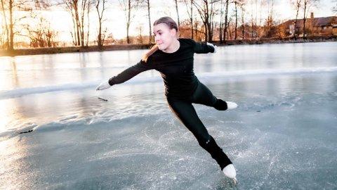 TOPP I NORGE: Oda Gundersen har bronse og fjerdeplass i NM Kunstløp. Her svinger seg rundt på isen foran Aud Max.