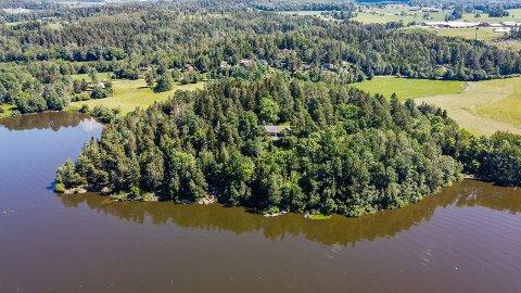 STOR TOMT: Dette er en stor eiendom på ca. 40 mål. Til høyre i bildet ser man bryggen som er på eiendommen. Området er regulert til friluftsliv.