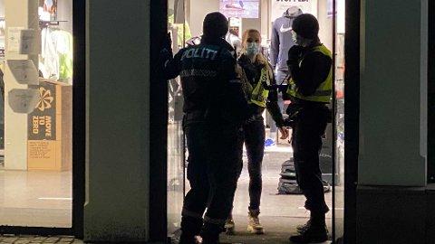 MACHETE I BUTIKK: Ungdomsgjengene barket sammen utenfor Nike Store på Karl Johan. Mens kunder var i butikken, løp ungdom inn med machete.
