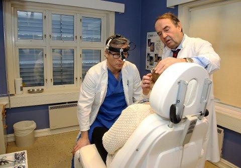 OPTIMISTER: De er i full gang med sin nye klinikk, og er optimister. Jarl Bunæs og Robby Roarsen har samlet en svært lang erfaring innen ansikts- og nesekirurgi.  FOTO: EVA GROVEN