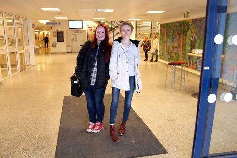 Aina Svendsen (t.v.) og Amalie Skarpeid har begge lyst til å begynne på Rud. Foto: Nina Abrahamsen