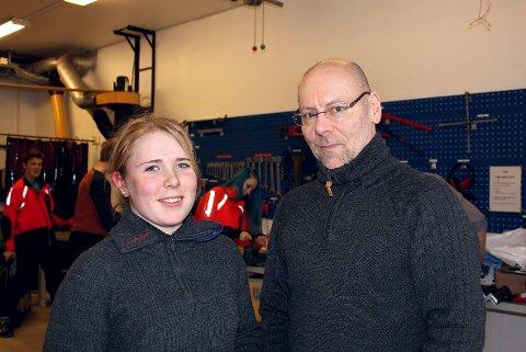 REISER: Naturbruk-elev Emma Langeland får råd av Pål Styrk Hansen ved Stabekk vgs før hun drar til York. FOTO: TRUDE BLÅSMO