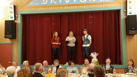 A-rådgivar i Fale 4H, Elin Nisjaløkk (t.v.) og fylkesstyremedlem Anna Kristine Nisja takka den siste medlemmen i klubben, Ola Roald Gikling, for gjennomført medlemsskap.